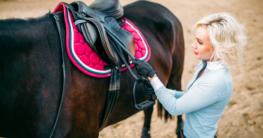 Wie wird dein Pferd richtig gesattelt?